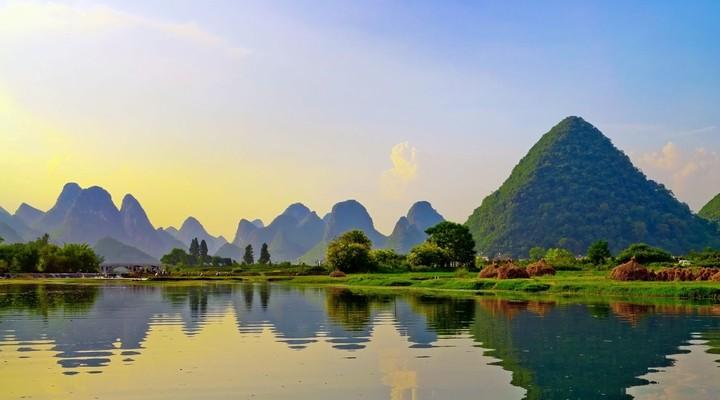 Reflectie van muntains in de Li-rivier - Yangshuo