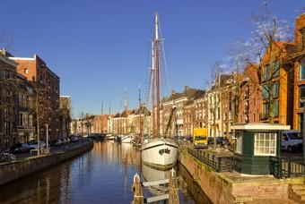 Grachten met boot in Groningen