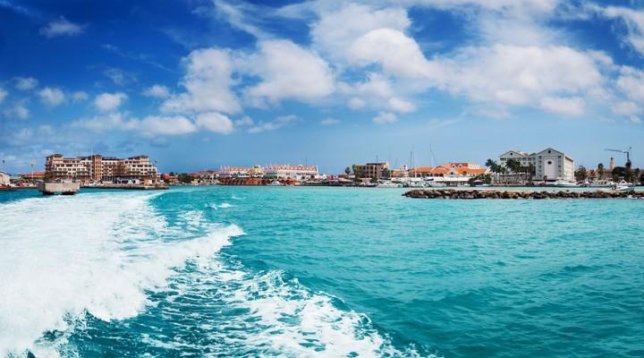Uitzicht op de haven van Oranjestad