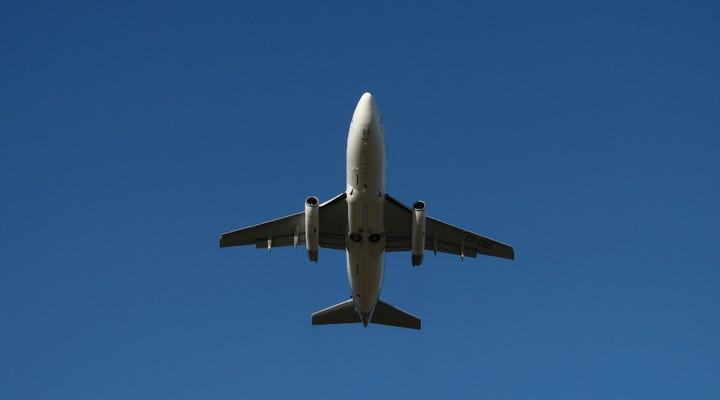 Vliegtuig dat opstijgt