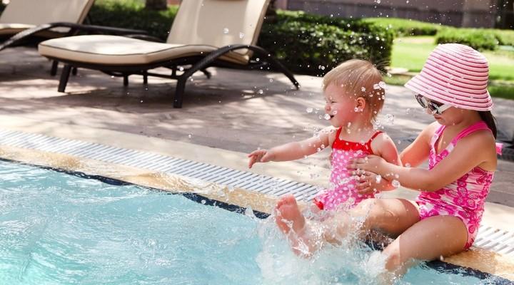 Een zwembad bij het vakantiehuis