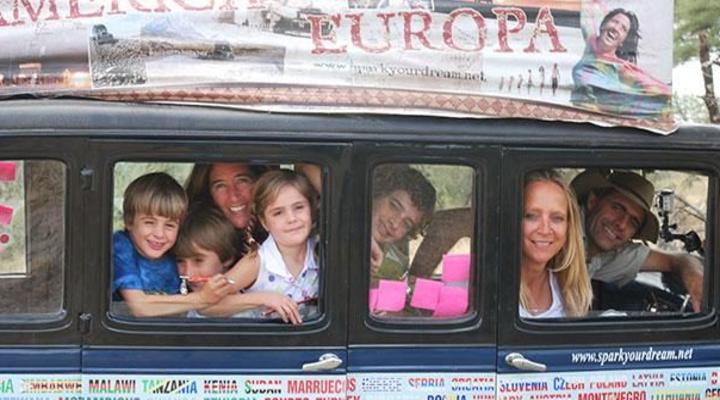 Floortje Dessing met de familie Zapp in Tanzania