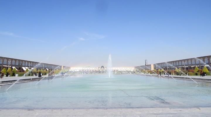 Het Nefs-e Jahan-plein met de fontein genaamd 'de halve wereld'