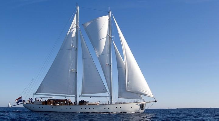 Een prachtig zeilschip op zee