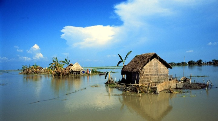 Hutje aan het water in Bangladesh