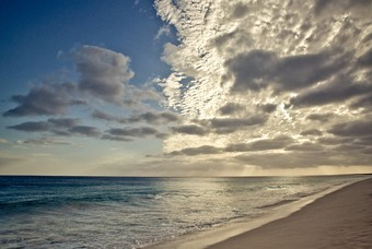 Wolken boven het Kaapverdische strand