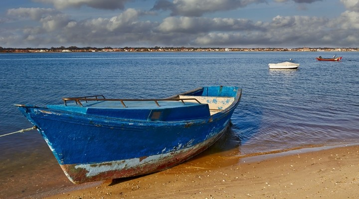 Bootjes op strand in Aveiro, Portugal