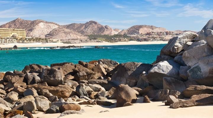 Kust Cabo San Lucas met woestijn op achtergrond