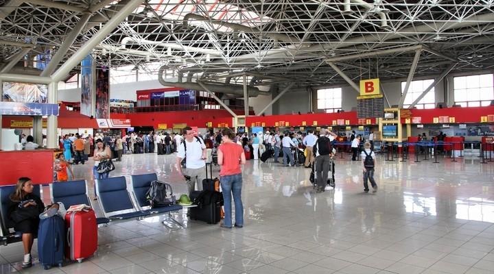 Passagiers op het vliegveld in Havana