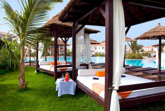 Het zwembad met de Balinese bedden