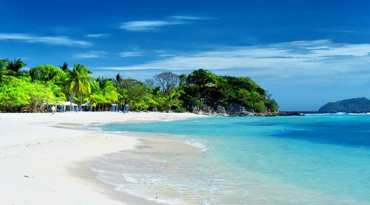 Wit zandstrand van de Filipijnen