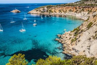 Een van de prachtige baaien op Ibiza
