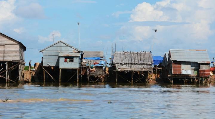 Huizen op het met Tonle Sap
