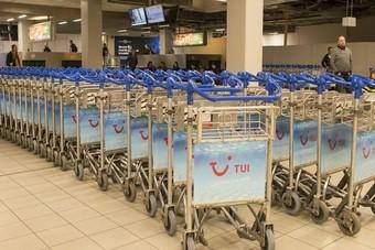 Bagagetrolleys Schiphol krijgen TUI jasje