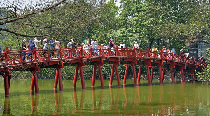 The Huc Bridge in het Hoan Kiem Lake