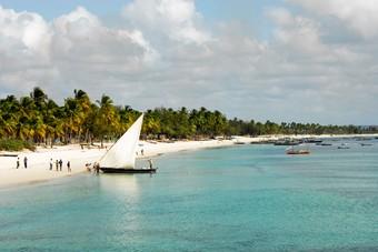 Zeilboot op het strand van Mozambique