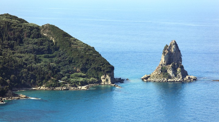 De beboste kust van Corfu