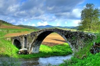 Oude Turkse Brug in de bergen in Bulgarije