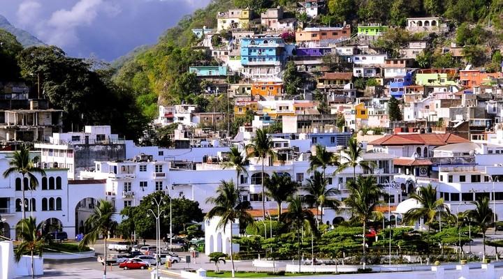Kleurrijke huizen in heuvelstad Manzanillo, Mexico