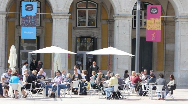 Mensen op een terras in Lissabon