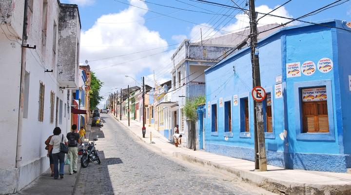 Straatbeeld in kleurrijke straat Olinda