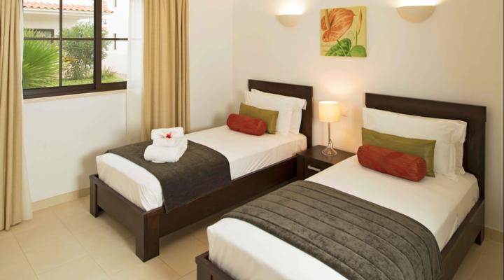 Slaapkamer met twin bed van Familiesuite