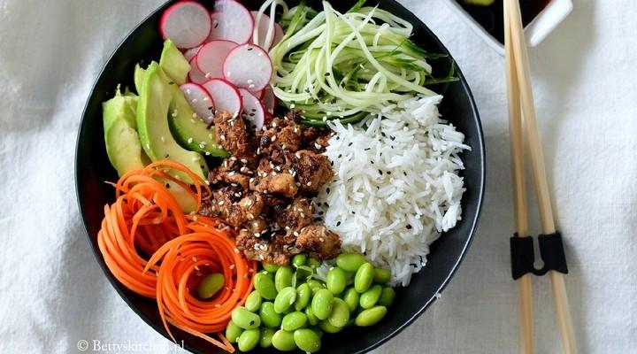 Heerlijke vegetarische Japanse sushi bowl
