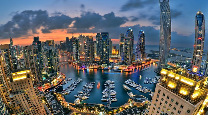 Dubai in de avond