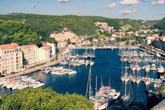De haven van Bonifacio op het eiland Corsica