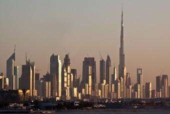 De skyline van Dubai met de Burj Khalifa