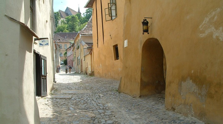 Steegje in Sighisoara, Roemenie