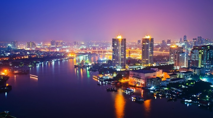 Skyline van Bangkok in de avond