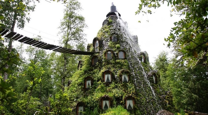 Het hotel La Montaña Mágica Lodge dat zich bevindt in een berg met waterval