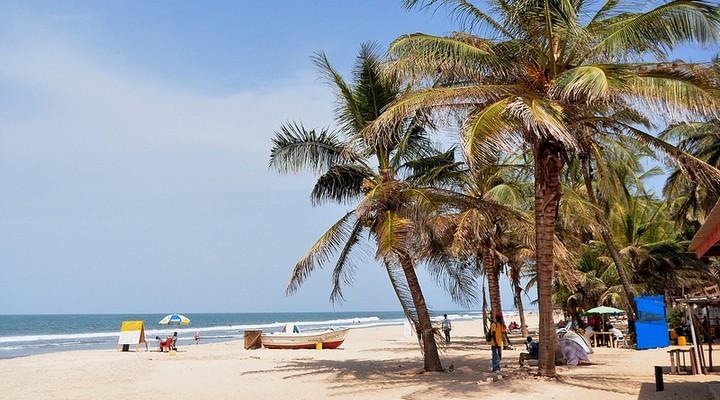 Een strand in Gambia
