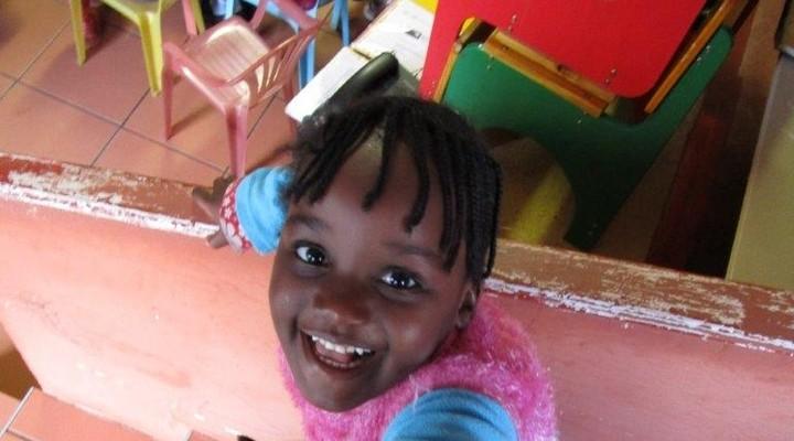 Een meisje in de kleuterschool