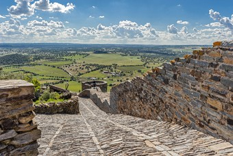 Het vestingstadje Monsaraz, gelegen op een heuvel