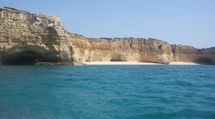 Afgelegen stranden tussen rotsformaties