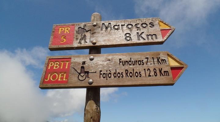 Wandelroutes door Madeira aangegeven op houten bordjes