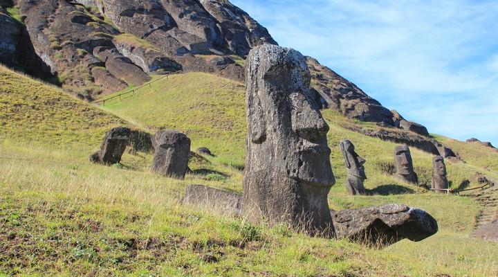 De karakteristieke Moai beelden op het Paaseiland