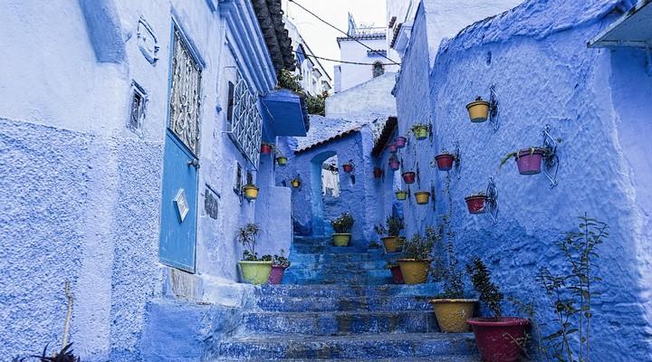 Blauwe straat in Chefchaouen, Marokko