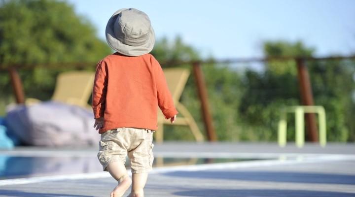 Jong kind in kindvriendelijk hotel