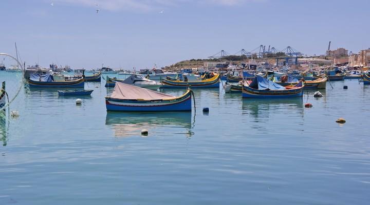 De haven met Luzzu vissersboten