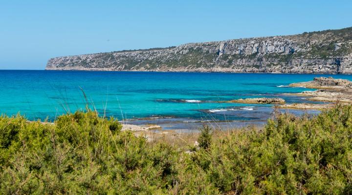 Kust met rotsen op Formentera