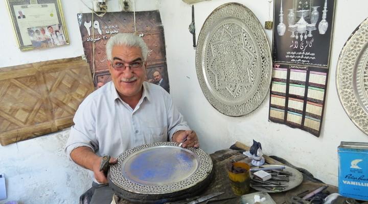 Iraanse man die zijn ambacht uitvoert