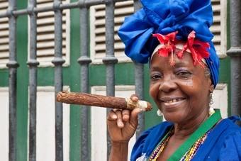 Vrouw met Cubaanse sigaar