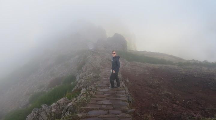 Door de koude ochtendmist konden we niets van het vulkanische hooggebergte zien