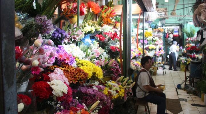 Een bloemenstal op de centrale markt van San José