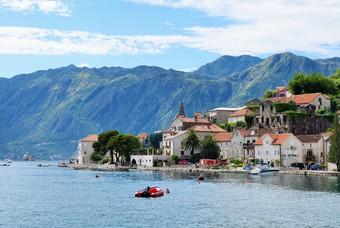 De stad Perast in de baai van Kotor, Montenegro