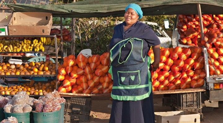 Dame verkoopt fruit op markt in Botswana