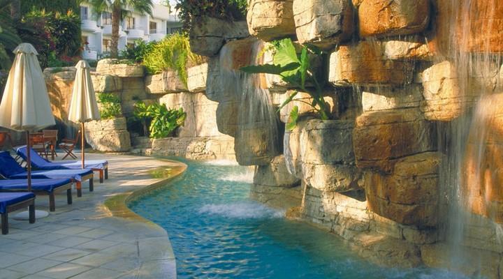 Deel van een zwembad van het Annabelle Hotel